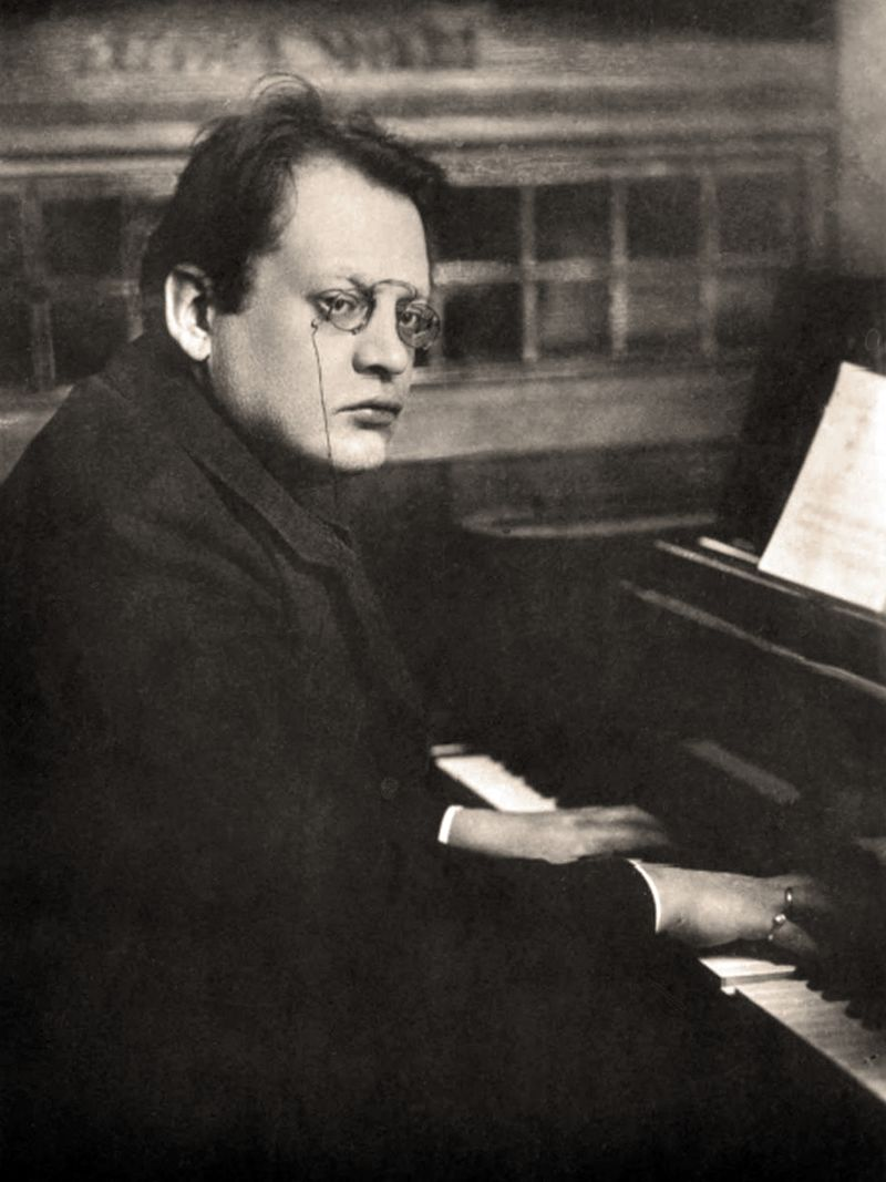 Max_Reger_playing_piano